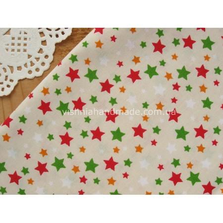 """Отрез новогоднего хлопка для рукоделия """"Красные, зеленые, оранжевые звездочки на бежевом"""", 25*36 см"""